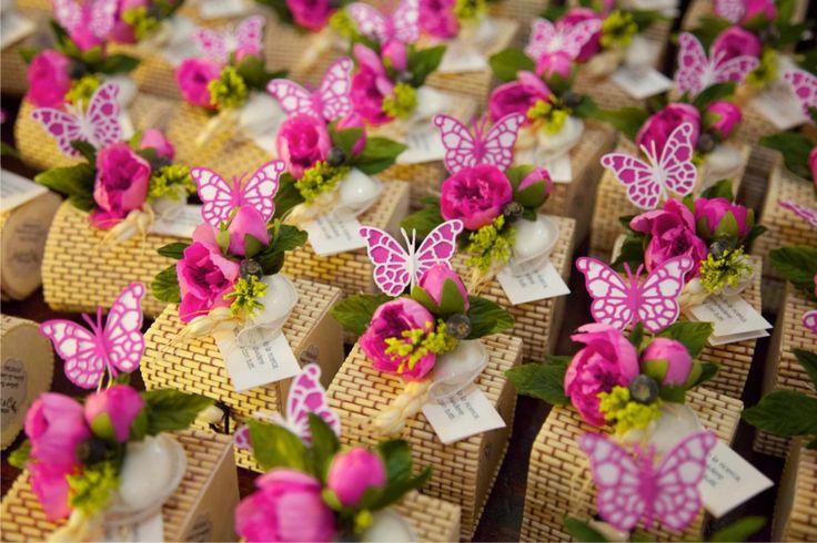 Bomboniere gastronomiche creme dolci bio in scatoline bamboo e bouquet peonia fucsia con farfallina di carta