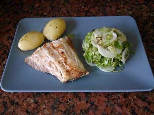 Garoupa grelhada com batatas cozidas e salada. Grilled grouper with boiled potatos and salad.