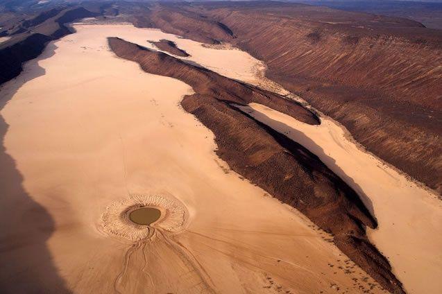 YannArthusBertrand2.org - Fond d écran gratuit à télécharger || Download free wallpaper - Point d'eau, près de Koulayyou, dans le massif de Makarrassou, République de Djibouti (11°55'N – 42°24'E).