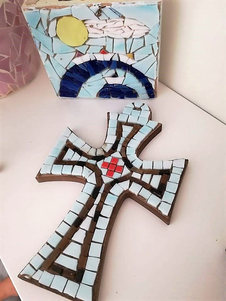 I decided on light blue grout!!! #mosaiccross #mosaicart #mosaicwallhanging