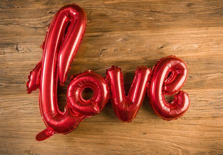 Globo Metálico Love en Minúsculas  Color Rojo - LOVERSpack. Con este globo crearas la atmósfera que tanto estás buscando crear para esa ocasión especial, aniversario, cumpleaños, boda o simplemente sorprendera a tu pareja. #decoracióncumpleaños #decoraciónaniversario #decoraciónboda #sorprenderamipareja #regalosoriginales #globos #globolove #love #decorarhabitaciónromántica #nocheromántica #parejas #regalos #sorpresas #LOVERSpack