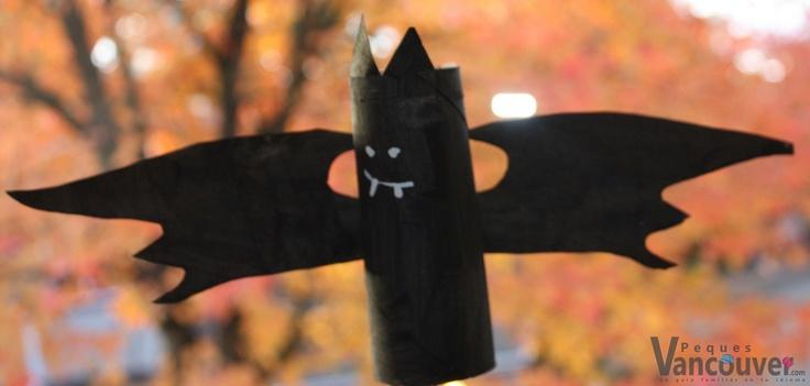 Murciélago    Compartimos algunas manualidades que puedes relacionar con Halloween como este divertido murciélago.    ¿Qué necesito?  Un rollo de papel de baño.  Pintura negra  Un pedazo de cartón  Pintura blanca o corrector líquido    ¿Cómo lo hago?  Pintas el rollo de papel y el cartón de negro, y deja secar.  Del pedazo de cartón recortas las alas y las orejas y las pegas en el rollo de papel con cinta adhesiva.  Pintas los ojos y la boca con la pintura blanca o el corrector líquido.