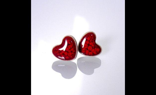 """Ceramiczne kolczyki na srebrnych sztyftach z kolekcji """"Little Pleasures"""".  Małe czerwone serduszka. Drobiazg dodający uroku, subtelnie oryginalny. Każda para ma unikalny wzór (przypominający..."""
