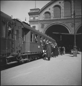 Anhalter Bahnhof. Verabschiedungsszene an einem abfahrenden Schnellzug 1935