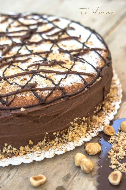 Torta di Nocciole con Crema di Cioccolato e Mascarpone - unione ideale di un profumato pan di spagna alle nocciole e di una golosa crema cioccolatosa.