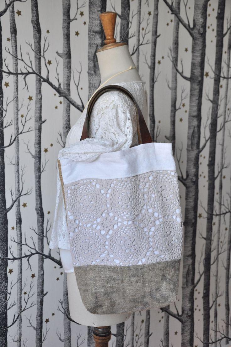 Ce sac est constitué de divers empiècements.. Pour le devant : lin, napperon teint en beige et toile de jute imprimée. Le dos entièrement en toile ...