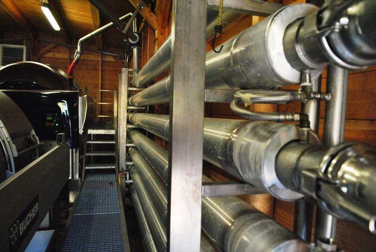 Vendanges 2014 au Château Les Valentines (La Londe-les-Maures). A la cave : la récolte est déposée dans une machine à égrapper. Les rafles sont séparées des baies. Les baies sont ensuite envoyées dans un système de refroidissement, puis dans un pressoir...