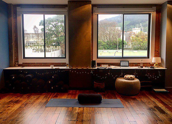 Happy Monday Wellington! How do you stay motivated during the start of the week in chilly winter? We like to warm up at The Hot Yoga Lounge with a yoga class to bring balance into the day ahead  . . A great benefit of yoga is that it can help centre the m