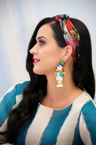 Katy Perry silk scarf and smooth, side-swept waves    Very Carmen Miranda y ¡me gusta!