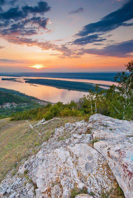 Самарская Лука - уникальная местность, образованная излучиной (изгибом) самой большой европейской реки Волги. Река в этом месте делает большую дугу, протяжённость которой более 200 км, и огибает Жигулевские горы. Сегодня на территории Луки находятся государственный природный национальный парк «Самарская Лука» и Жигулевский заповедник имени Ивана Спрыгина (Жигулевский заповедник).   Национальный парк был основан в 1984 году. Его талисманом является лисица – одно из самых распространенных…