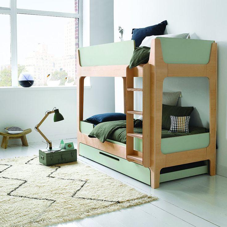 Une chambre d'enfant avec un lit gain de place