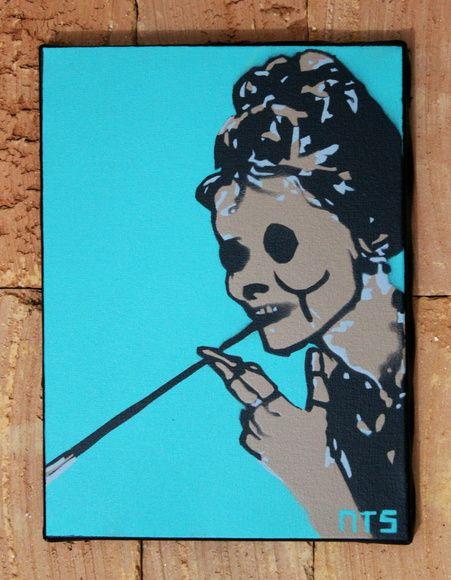 Quadro Caveirinha de Luxo em tecido artístico 100% algodão com pintura em tinta acrílica, tecnica de stencil.  Envernizado para melhor proteção e durabilidade.  Dimensões: 15x15cm.    Facebook: NTS art Instagram: nts_art  Email: nts.stencil@gmail.com  Loja online: http://www.elo7.com.br/nts  #arte #art #stencil, #stencilart, #quadro, #tela #canvas #decoração, #decor, #design, #pintura #casa #parede #NTSart #painting #decoration