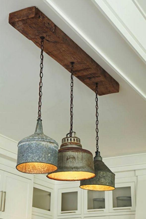 Oud hout en robuuste lampen geven een warm gevoel boven de eettafel
