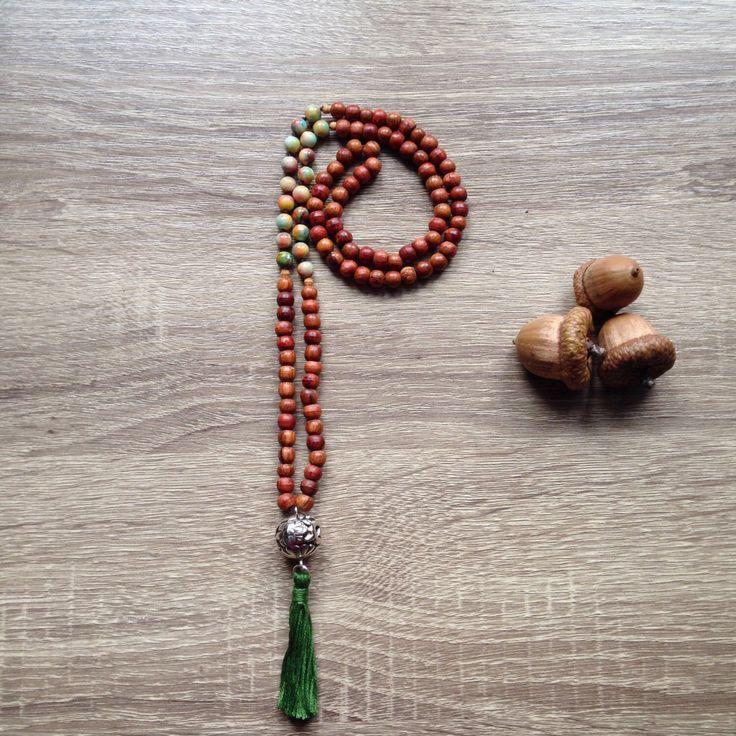 Collana corta japa-mala rosario indiano con giada arcobaleno e legno bayong  bindu fiori in stile boho hippie di Cuony su Etsy https://www.etsy.com/it/listing/498693661/collana-corta-japa-mala-rosario-indiano