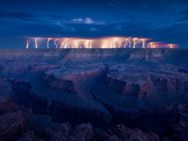 Forces et beautés de la Terre : éclairs sur le Grand Cayon en Arizona