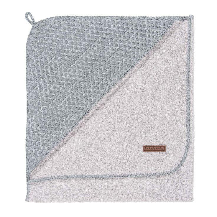 Een Baby's Only badcape XL grijs/zilvergrijs is ideaal om je baby na het badje in te wikkelen. De zachte badstof voering droogt je kindje snel en houdt de warmte vast. Gemaakt van zacht breiwerk met een honingraat patroon en een nog zachtere voering aan de binnenzijde. Je baby zal het heerlijk vinden om in deze omslagdoeken te worden gewikkeld. De badcapes XL van Baby's Only zijn verkrijgbaar in de extra grote maat: 100x100 cm.