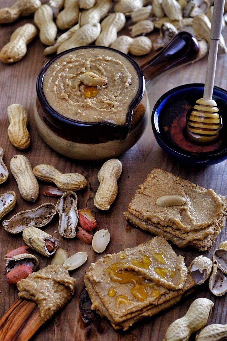Fıstık ezmesini evde kolayca yapabilir, zevkinize göre bir ekmeğin simidin ya da krakerin üstüne sürüp afiyetle yiyebilirsiniz.