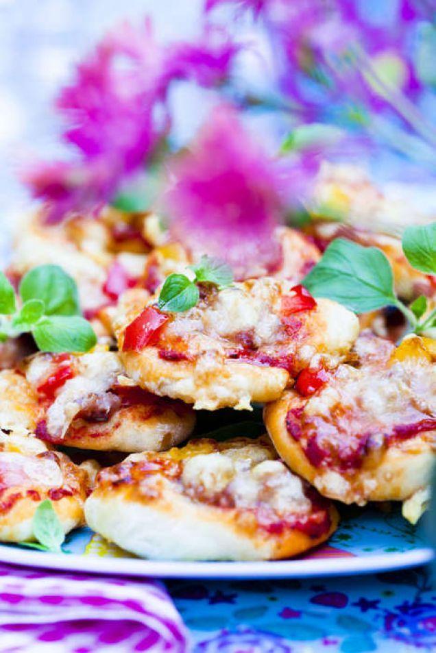 Läckra, hembakta minipizzor med salsicca. Perfekt tilltugg på buffén och till de…