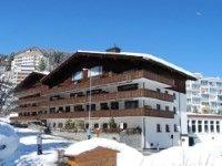 """Ferienanlage Hof Arosa in Arosa günstig buchen / Schweiz - Die 3-Sterne-Ferienanlage Hof Arosa ist mit dem Gütesiegel """"Familien Willkommen"""" von Schweiz Tourismus ausgezeichnet. Sie befindet sich in ruhiger und doch zentraler Lage, etwa 1 km vom Ortszentrum entfernt. Bis zur Weisshornbahn sind es nur ca. 800 m, eine Skibushaltestelle erreichen Sie bereits nach etwa 200 m. In die Langlaufloipe können Sie nach ungefähr 1,5 km einsteigen. www.winterreisen.de"""