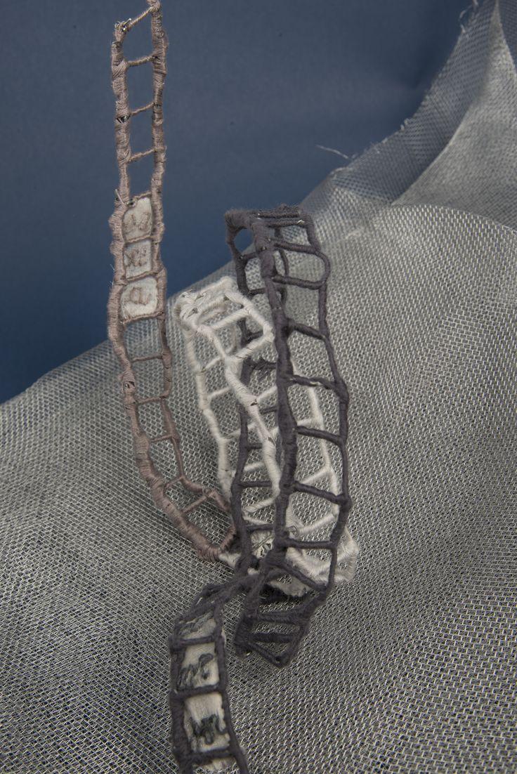"""""""Viaggio = percorso in ascesa"""" Rete metallica , filo di cotone, frammento di ricamo."""