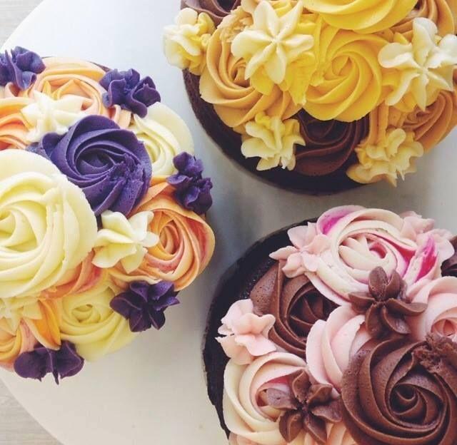 もうすぐバレンタインデー! 本命の人とロマンチックな日にする人もいれば、スイーツを贈りあって女子会で盛り上がる人もいたり、過ごし方はさまざまになってきましたよね。そこで、どんな過ごし方になる人にもぴったりなバラのカップケーキを、本命のあの人や女子会の女友達に贈ってみませんか?