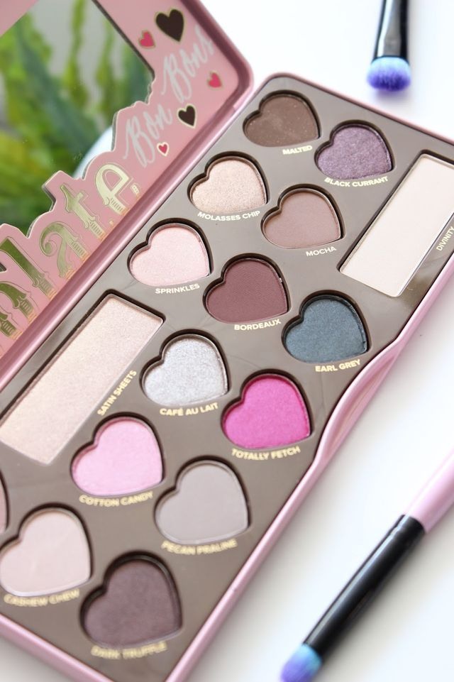 The Too Faced Chocolate Bon Bons Eyeshadow Palette £39.00*, is the third palette in the best selling chocolate bar Series from Too Faced. By far the cutest palette in the collection, it's a great addi