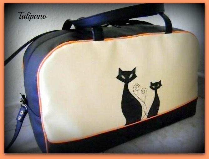 Utazós, nagy táska fekete-bézs-narancsban.