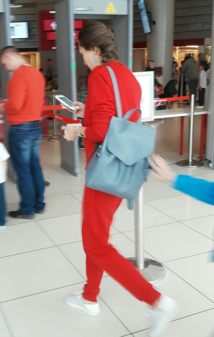 Красный спорткостюм