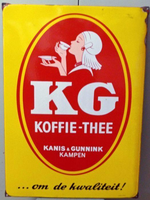 """EMAILLE RECLAMEBORD- KANIS & GUNNIK 1940/1950  Emaille reclamebord van """"Kanis & Gunnik""""uit Kampen met de tekst:""""Kanis & Gunnik koffie thee....om de kwaliteit !"""" Dit heldergele bord is gemaakt door LANGCAT BUSSUM.Er staat een meisje op in Overijsselse klederdracht drinkend van een kopje koffie of thee.Ongeveer 1940 -1950 voor de leeftijd nog in goede staat.Enkele beschadigingen aan de rand. Kleine gebruikssporen.Zie de foto's. Afmeting: 505 cm. X 705 cm. groot.Het bord heeft bij drie…"""