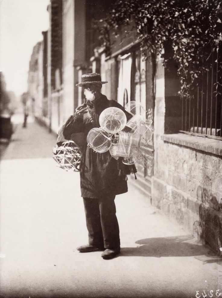 1899-1900. Marchand de paniers en fil de fer. Albumen silver print. By Eugène Atget