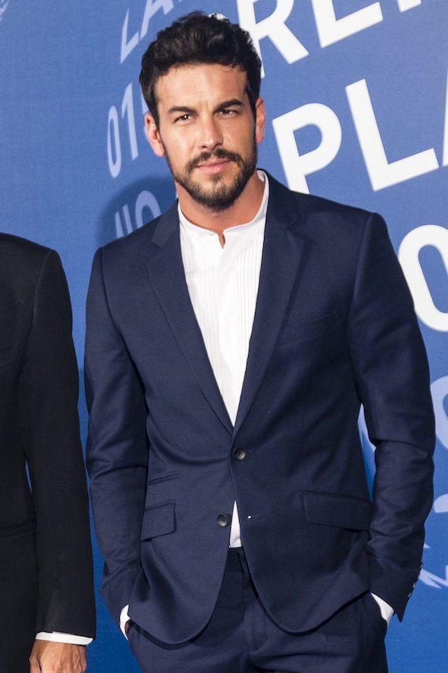 No te pierdas cómo ha combinado Mario Casas una camisa de cuello mao con un traje de vestir...