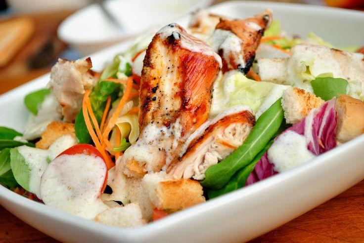 Ezt a salátát még azok is imádják akik nem zöldségrajongók, ropogós husi és csodás öntet :)