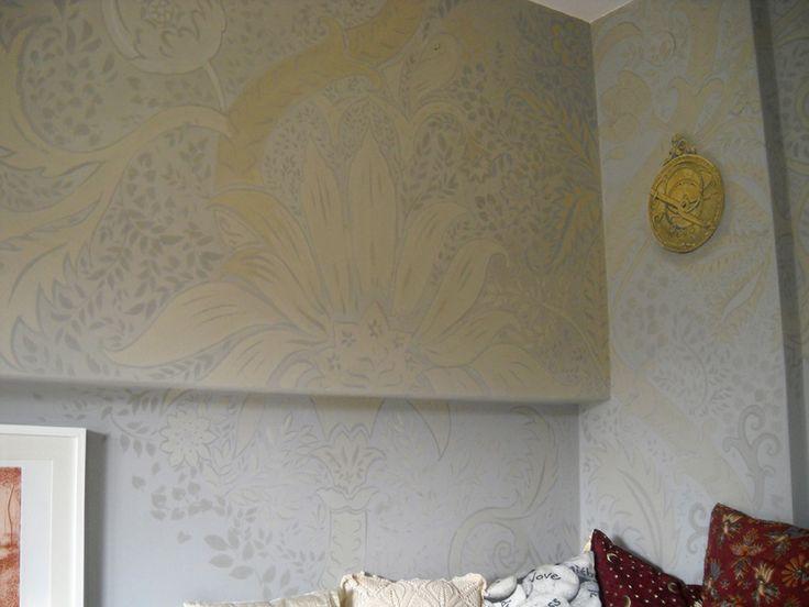 decorazione steampunk in due grigi con sfumature ocra d'oro e astrolabio. Pittura ai silicati su muro