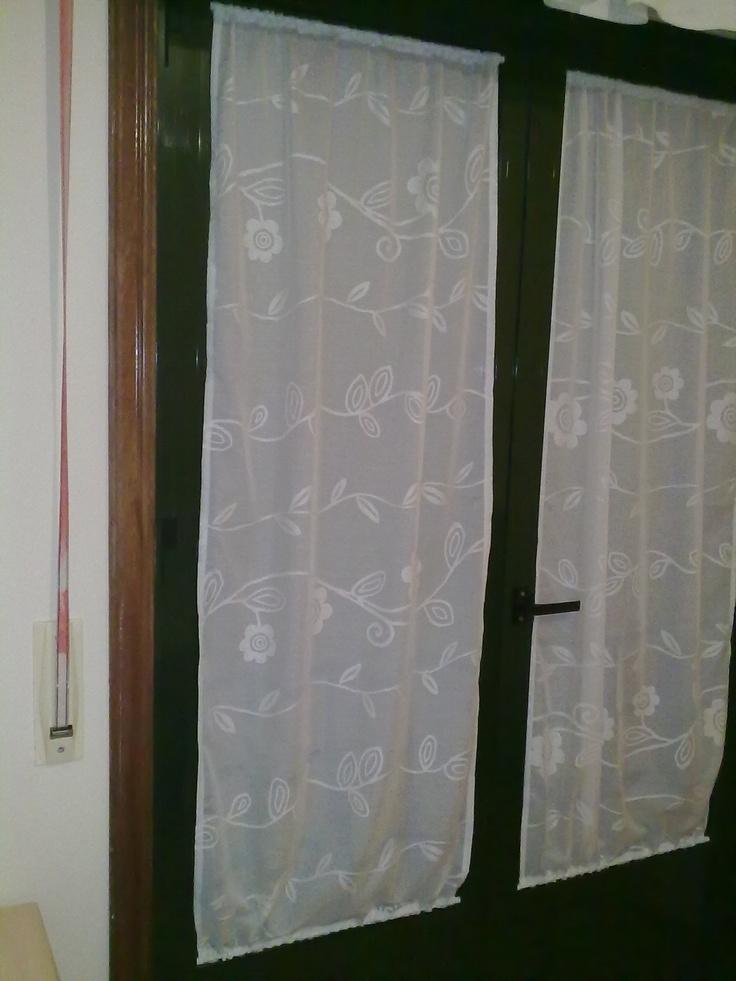Cortinas pegadas a la ventana ella cubri las ventanas de for Cortinas decorativas para puertas
