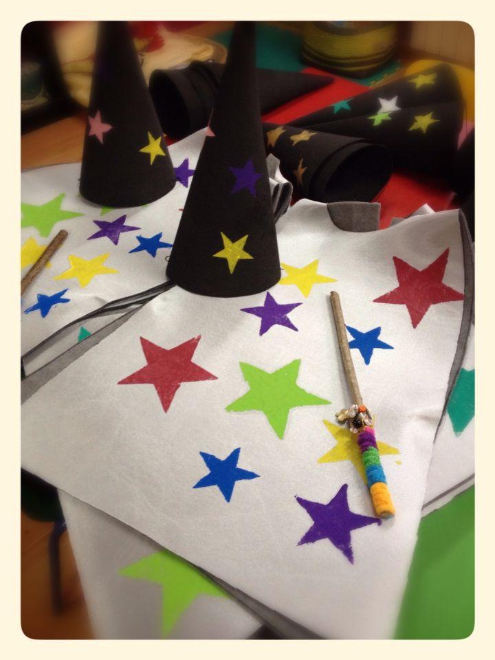 Traje de mago, varita y gorro. Wizard costume, wand and hat.