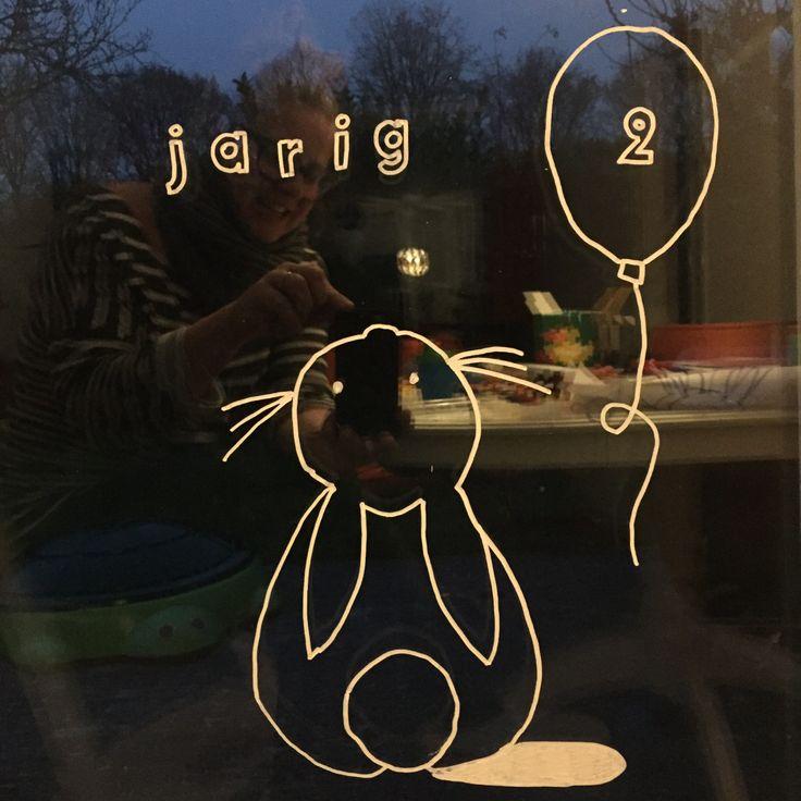 """Krijtstifttekening verjaardag! Het blog Hiep en Hoera is er enorm enthousiast over! Lees hier hun review en ook waar het sjabloon kan kopen """"(bij webshop krijtstifttekening)  #raamtekening #krijtstifttekening #raamdecoratie #raamversiering"""