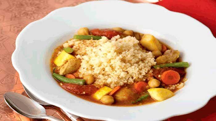 Куриное жаркое по-мароккански — это традиционное сытное восточное блюдо, сочетающее знакомые вкусы в новом необычном миксе.