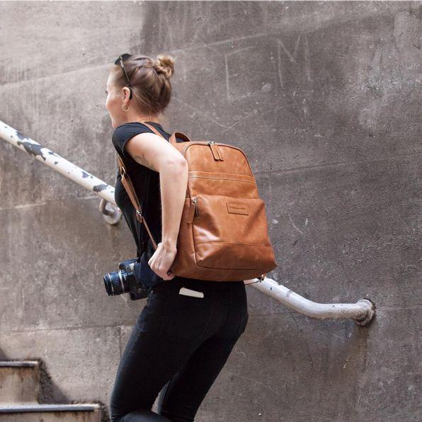 WOW! Waarschijnlijk de mooiste leren rugzak uit onze collectie, de Svendborg van dbramante1928. Prachtig Deens design en geschikt voor een 16 inch laptop. #cameratas #camerabag #leathercamerabag #camerabagtan #tancamerabag #laptopbackpack #leatherbackpack #backpackleather #backpacklaptop #laptoprugtas #laptoprugzak #rugtaslaptop #rugzaklaptop