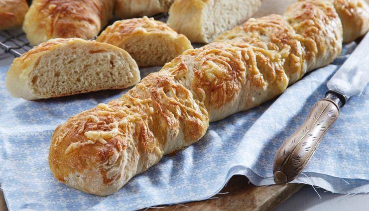 Dette er en oppskrift på lettbakte brød, som blir saftige med kesam i deigen. Osten gir god smak til brødet. Bagettene smaker kjempegodt til salat, supper, gryter og pasta. Denne oppskriften gir fire bagetter.
