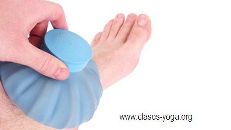 Beneficios del hielo.  Remedio casero con hielo para dolores de pies: Envolver unos cuantos cubos de hielo en una toallita húmeda y frotar sobre los pies y tobillos durante unos cuantos minutos. Luego, secar los pies y frotar con agua de hamamelis o vinagre.  Este remedio alivia cualquier inflamación y, también, sirve como ligero anestésico.   Más: http://clases-yoga.org