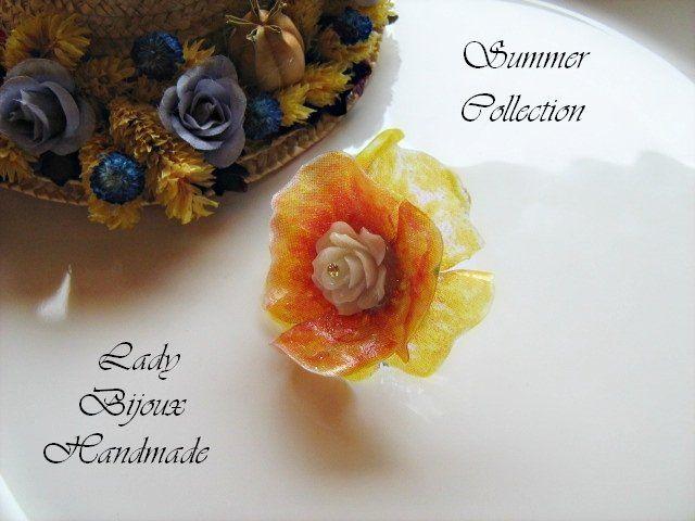 Anello regolabile con fiore rosa in resina bianca di Lady Bijoux Handmade su DaWanda.com