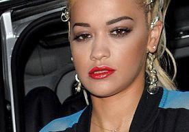 10-Sep-2014 11:50 - RITA ORA SHOWT WOESTE BILPARTIJ. Rita Ora trad afgelopen dinsdag op tijdens de New York Fashion Week en dan is het natuurlijk heel erg belangrijk wat voor kleding je draagt. De 23-jarige zangeres besloot voor een corset te gaan en niet veel meer dan dat. Oh ja, ze droeg ook nog schoenen.