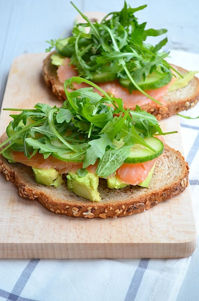 Ingredients for 2 sandwiches: 1 avocado 4 slices of smoked salmon Handful of rucola Cucumber slices 2 slices of bread Pepper & salt