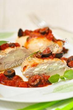 Кармашки из куриной грудки с сыром Фета и томатным соусом