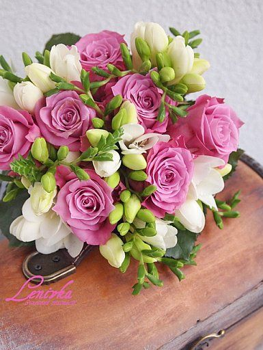 Wedding bouquet of dark pink roses and white freesia/ Svadobna kytica z ruzi a frezii