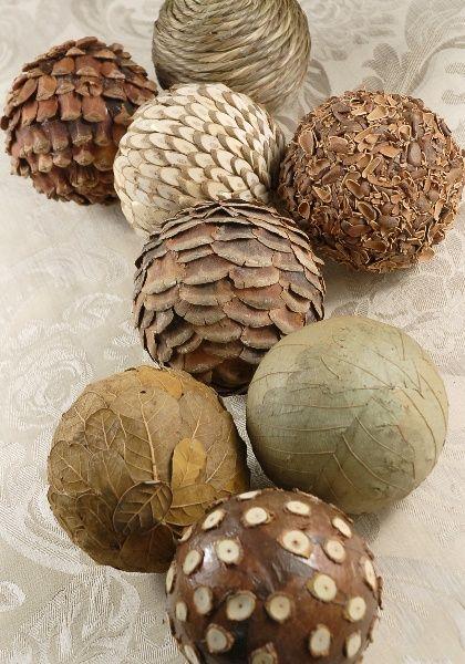 Например, оклеить елочные шары различными натуральными частичками (сухие листья, осколки семечек, тонкие диски из веток, чешуйки шишек и проч.)