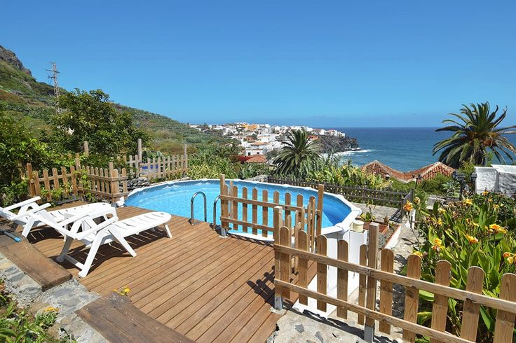 Description: Royaal vakantiehuis met privé zwermbad 3 slaapkamers en zeezicht. Wat een schitterende locatie!  Koninklijke locatie met uitzicht op de blauwe oceaan Finca Los Alenes del Mar ligt direct aan de grillige kustlijn van Noord Tenerife aan de zogenaamde Camino Real het koningspad dat leidt naar Puerto de la Cruz. Karakteristieke landhuizen en boerderijen vormen samen met de blauwe oceaan een prachtig panorama.  Historisch landgoed met een vleugje romantiek Nadat je je auto geparkeerd…
