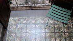 VIA: Mosaikfliesen, Zementfliesen, Kreidefarbe, Terrazzoplatten  mit den versch Rändern ausgeglichen/upstand