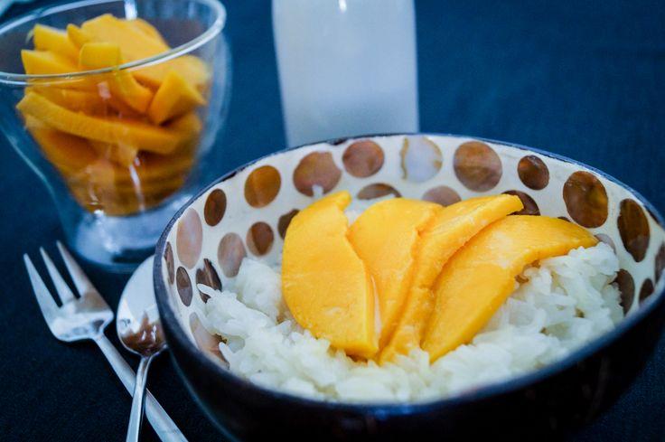 Die beste Kur gegen Thailand Fernweh - Sticky Rice mit Mango. Ein Dessert bestehend aus gedämpftem und in Kokosmilchsirup eingeweichten Klebreis mit Mango.