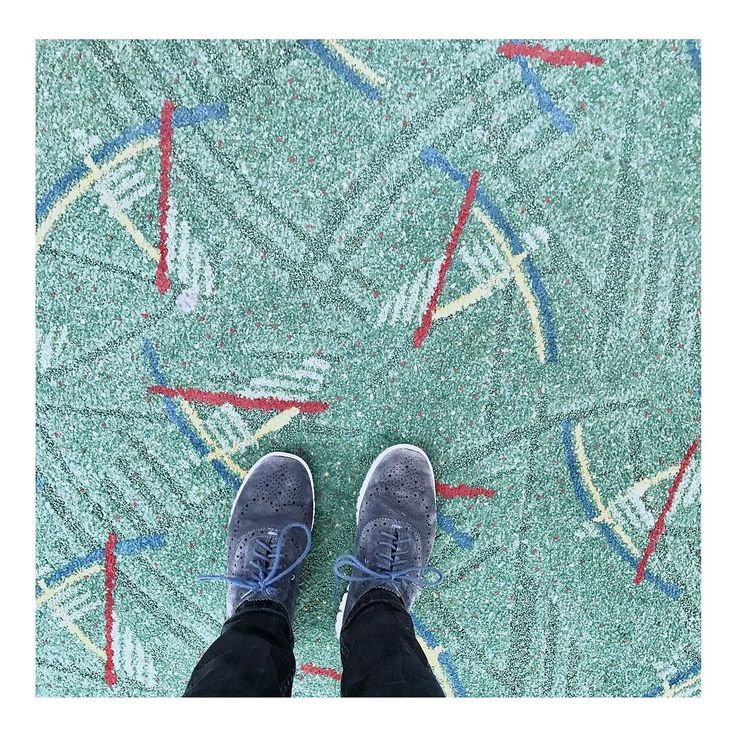 I have this thing with floors is hier een heel ding. Het tapijt op PDX inspireerde merken en mensen. Check @pdxcarpet #pdxcarpet #ihavethisthingwithfloors #airportwaiting